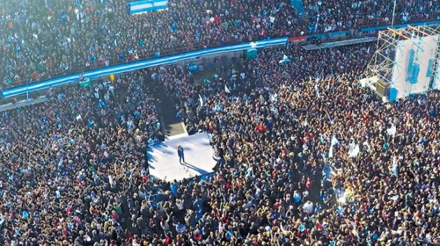 Resultado de imagen para cfk de espaldas y frente a la multitud